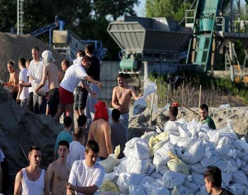Српска омладина је показала ко су током поплава у Србији када су волонтирални и несебично помагали своје суграђане. Фото: Омладина на Макишу
