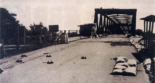 Српски народ Западне Славоније којег су снаге УН-а оставиле на милост и немилост хрватским агресорима, у збеговима је кренуо према мосту на ријеци Сави како би се спасио у сигурну Републику Српску.
