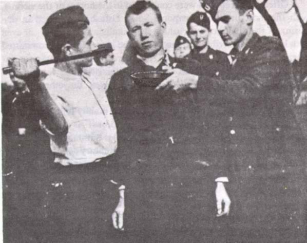 Усташа копа очи српском цивилу, а други придржава посуду да их ухвати